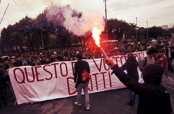 Roma-in-corteo-gli-studenti-foto-tensioni-con-la-polizia-tuttacronaca
