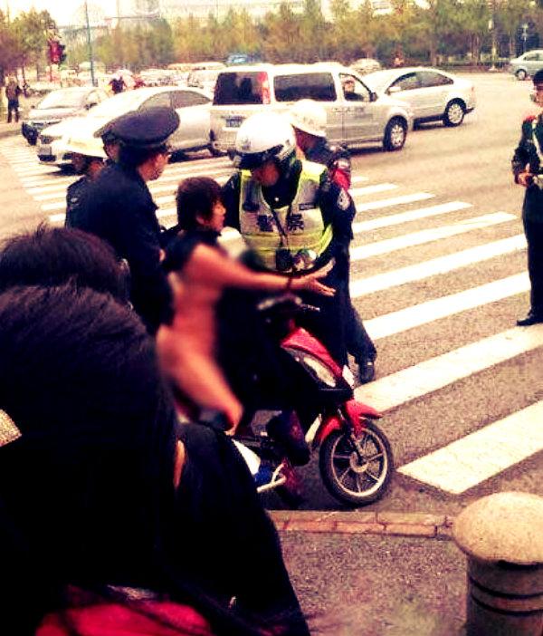 Si-spoglia-nuda-per-protesta-contro-la-multa-ricevuta-tuttacronaca-shanghai