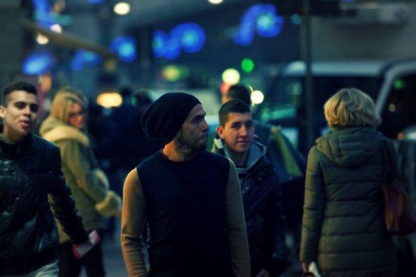Carlos-Tevez-shopping-a-Milano-lattaccante-è-vestito-leggero-tuttacronaca
