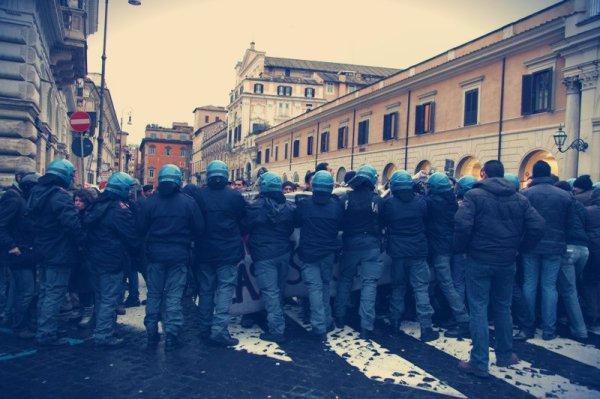 polizia-scontri-tuttacronaca