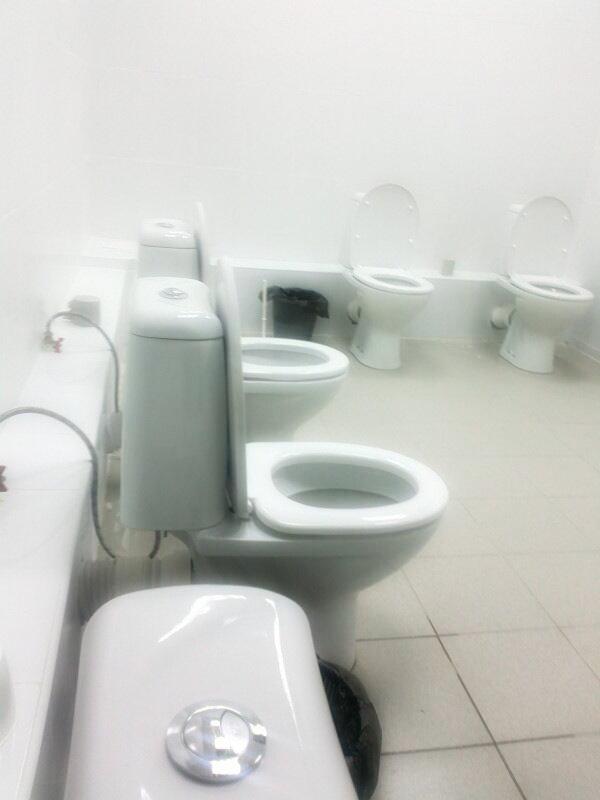 Il-bagno-con-2-wc-alle-Olimpiadi-di-Sochi-1-tuttacronaca