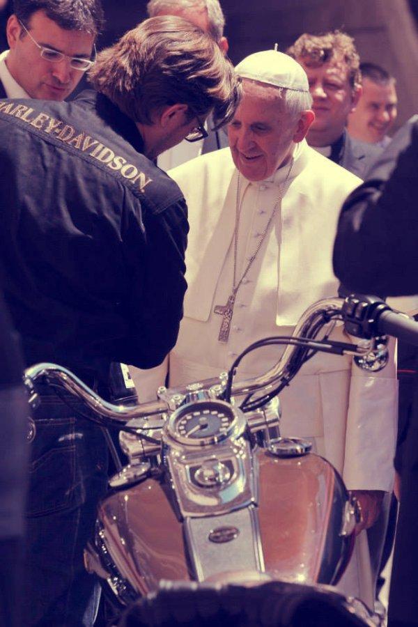 Papa-Francesco-con-la-Harley-Davison-tuttacronaca