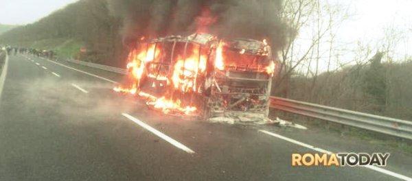 Autobus in fiamme-tuttacronaca