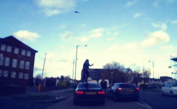 donna-su-tetto-dell'auto-tuttacronaca