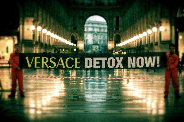 Greenpeace-contro-vestiti-tossici-attivisti-appesi-in-Galleria-a-Milano-tuttacronaca