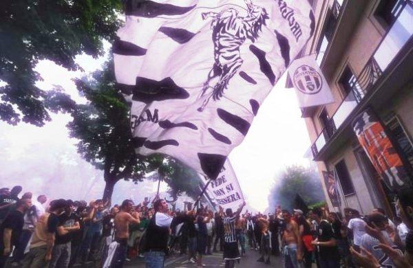 I-tifosi-bianconeri-sotto-la-sede-della-Juventus-tuttacronaca