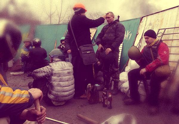 prete-benedice-manifestante-kiev-tuttacronaca