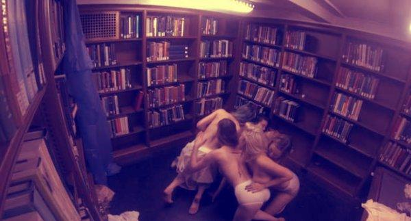 studentesse_nude_topless_biblioteca_tuttacronaca