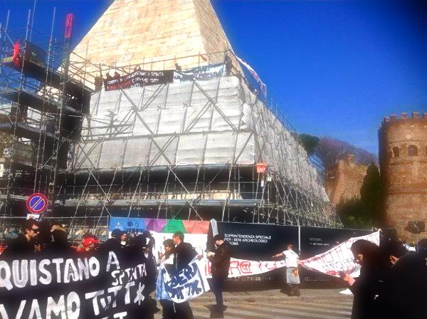 tuttacronaca-attivisti-Movimento-per-la-casa-salgono-sulla-Piramide-1